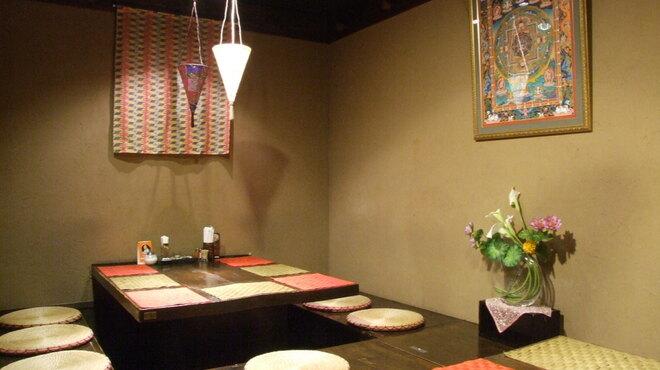ラクシュミー - 内観写真:2テーブル、5~18名様までご利用できます。