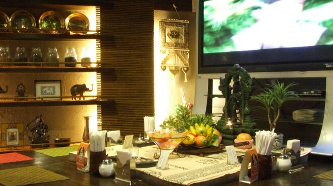 ラクシュミー - 内観写真:マサラムービーが楽しめるカウンター席☆