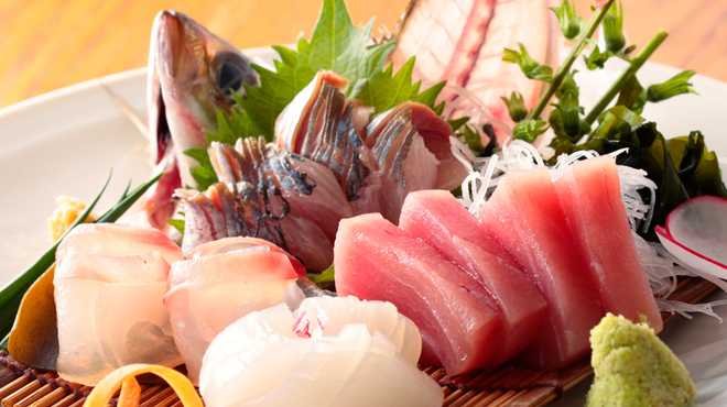 煮炊屋 金菜 - 料理写真:旬の鮮魚が味わえる『天然 お刺身盛り合わせ』