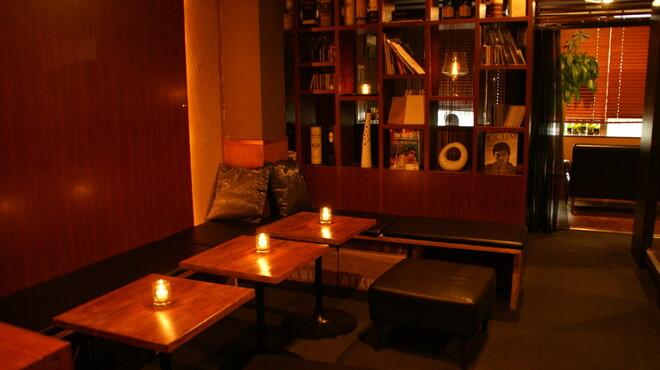 ステイゴールド - 内観写真:店内はキャンドルの光が優しく揺れています
