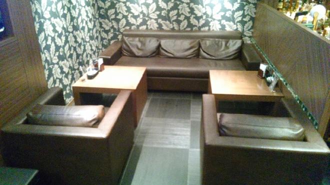 ジアス ルーク&タリー - 内観写真:皮張りのフカフカのソファー席。