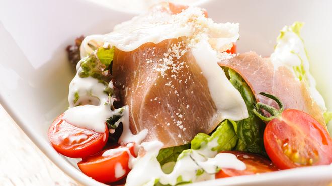 EDGY - 料理写真:ハモンセラーノとチーズのサラダ