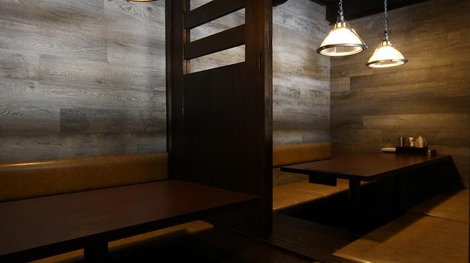 やきとり家すみれ - 内観写真:4名様個室、6名様個室を仕切る扉は取り外しが可能!10名様個室としてもご利用頂けます。