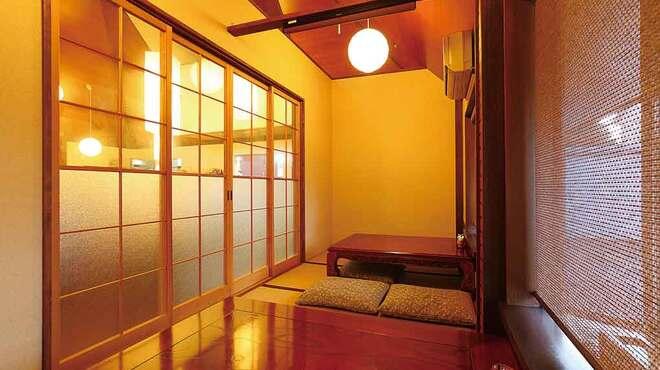 日本料理と蕎麦 冴沙 - 内観写真:畳敷きの小上がり席があります。