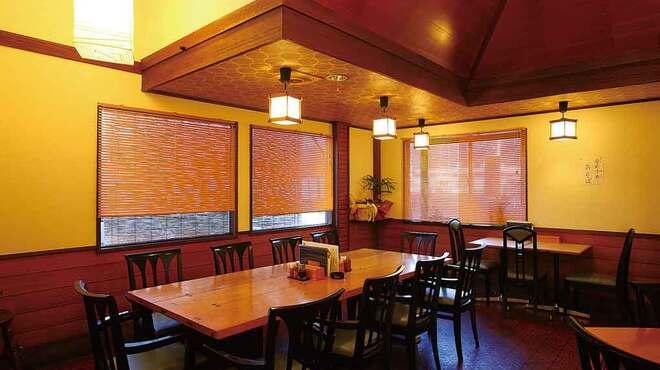 日本料理と蕎麦 冴沙 - 内観写真:ゆったり座れるテーブル席。