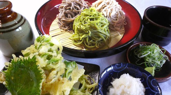 富蔵家 - 料理写真:三色おろしセット2,265円 当店オリジナルの三種そば。そばの味と香りを食べ比べ!!季節野菜の天ぷらと小布施の辛味大根を添えました。