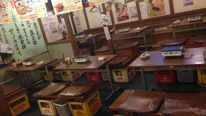 かっぱの茶の間 - 内観写真:テーブルのお席は基本4名がけの席が中心です。