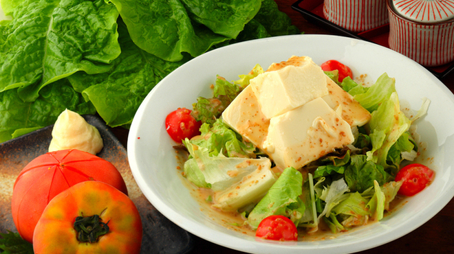 鉄ノ四 - 料理写真:焼き物の合間に味わいたい、ヘルシー野菜の『サラダ』各種。鮮度と産地にこだわった野菜を使ったサラダ。なかでも『豆腐サラダ』はさっぱりヘルシーで人気です。