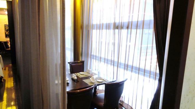ホテルオークラ 中国料理「桃花林」 - 内観写真:柔らかな光が差し込むテーブル席(通路脇のテーブル席)