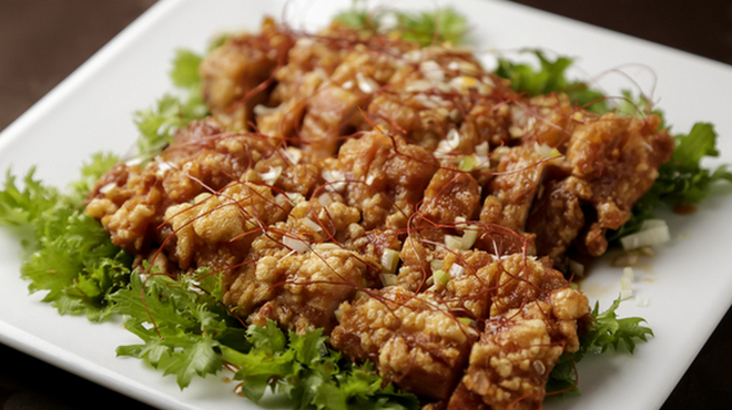 陳餐閣 - 料理写真:手作りの甘辛ソースで仕上げた「油淋鶏(ユーリンチー)」