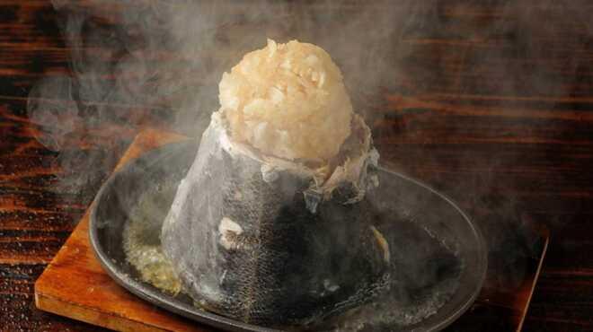 夕焼け飯店 - 料理写真:マグロのしっぽの部分をまんま輪切り! それを富士山溶岩プレートで焼きあげます。マグロの赤身と脂のバランスが最も良い部分のステーキ。大人気です!