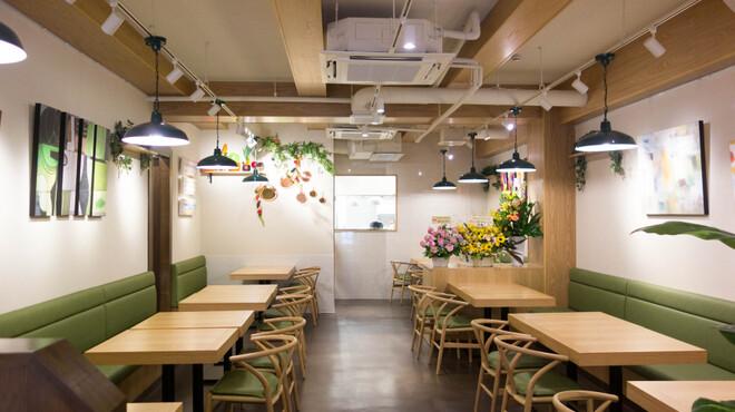 フェルム ド レギューム - 内観写真:キッチンの様子を見ることができる開放感のある店内です