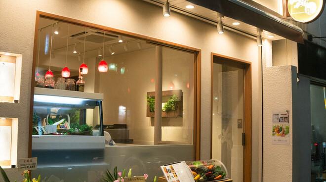 フェルム ド レギューム - 外観写真:大きなガラス張りが特徴の店頭です