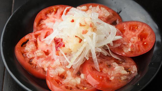新橋シャモロック酒場 - 料理写真:摩りおろしリンゴのトマトサラダ