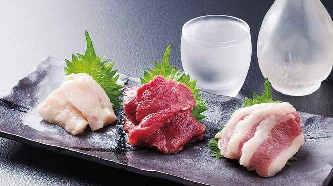 居酒屋酔心 - 料理写真:馬刺し三種盛り1980円