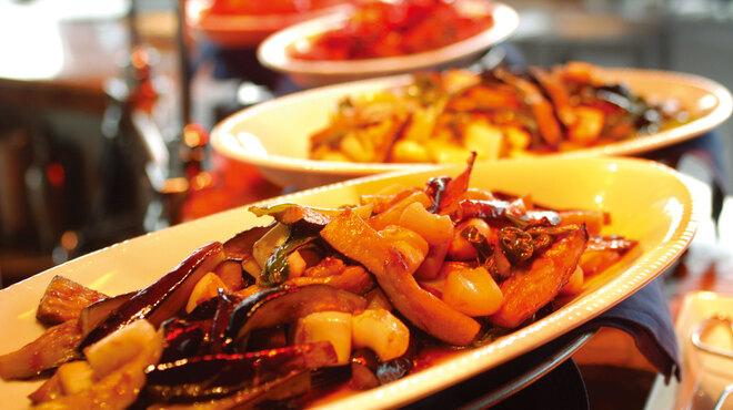 OLD MAN'S UN 汐留 - 料理写真:約30種の料理がならぶランチバイキング