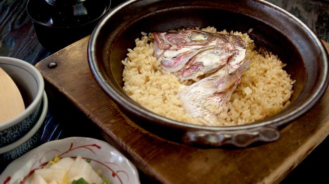 とと家 - 料理写真:注文から約40分、日ごとに替わる新鮮な白身の魚の滋味と、特製のだし汁が、土鍋の中でじっくりとお米に炊き込まれる。 少々お時間をいただきますが、まちがいない美味しさです。