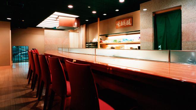 川富 - 内観写真:職人の仕事を目の前で。割烹の醍醐味カウンター席