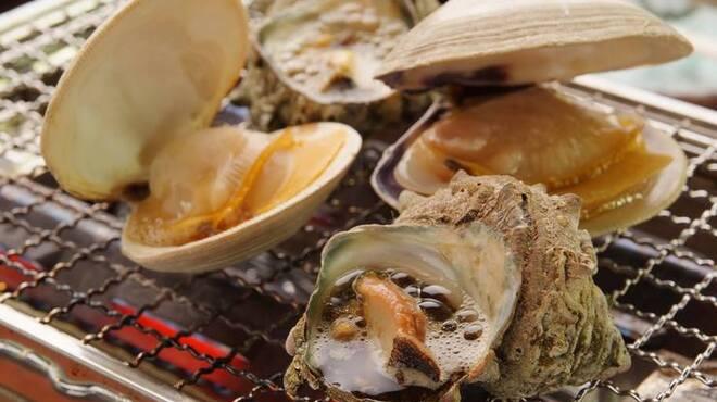 丸冨水産 - 料理写真:磯焼はサザエ、はまぐり、ホッキ貝など色々ありますよー!