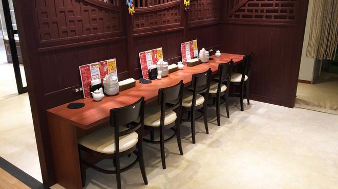 唐朝刀削麺 - 内観写真:お一人で軽く食事をされる方向けカウンター席。