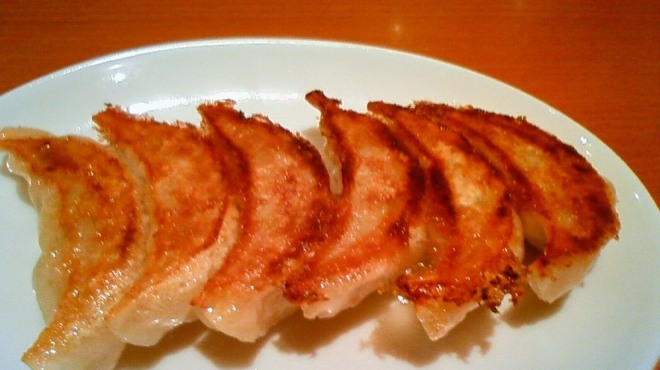 大阪王将 - 料理写真:元祖焼餃子(1人前6個) 240円   お店にて一つ一つ手巻きしてます。焼きたてをお召し上がりください。