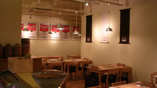 mus - 内観写真:ディナータイムは落ち着いた照明でゆっくり蒸し料理を楽しめます。