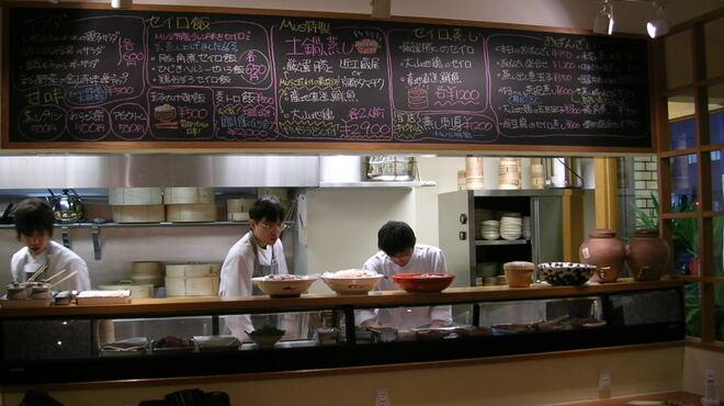 mus - 内観写真:大きなセイロで料理を作るのが見られるオープンキッチン