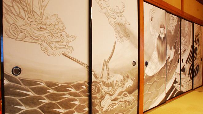 神楽坂 久露葉亭 - 内観写真:襖6枚に描かれた筆絵は一見の価値があります。