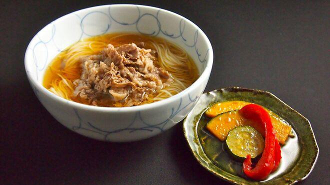 船場虎島 - 料理写真:出汁は、せんば牛鍋の出汁! そうめんは小豆島のそうめん。 牛鍋の出汁で味付けした牛肉。 夏野菜の揚げ浸し。