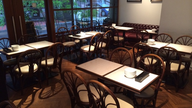 バールヴィータ - 内観写真:店内奥側のテーブル席