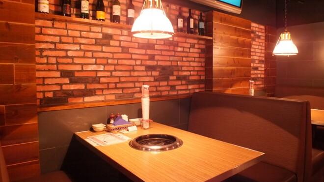 鶏焼きと餃子 チュンチュン亭 - 内観写真: