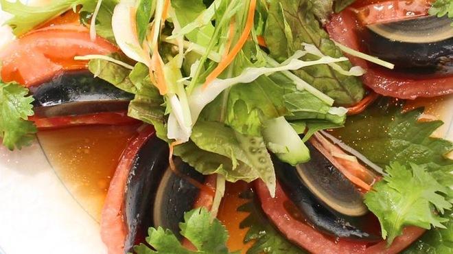 八重洲大飯店 - 料理写真:ピータンとトマトのサラダ \1,000