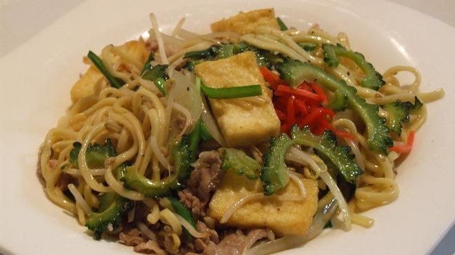 沖縄Diningでーじな豚 - 料理写真:沖縄生麺うちな~塩焼そば  ¥399