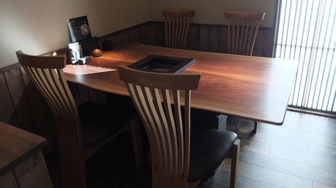 牛仁 - 内観写真:テーブル席