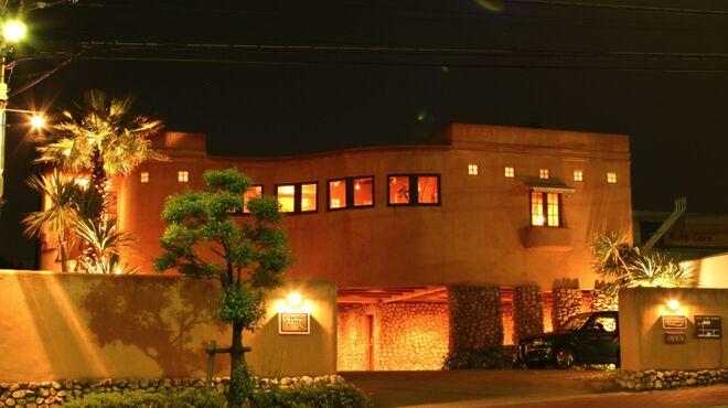 タゴール - 外観写真:ライトアップされたレストラン外観