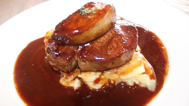 トキオプラージュ・ルナティック  - 料理写真:牛フィレ肉にフォアグラをのせた贅沢な一品! シェフのこだわりと気まぐれが生み出した味わい深いソースはやみつきです!
