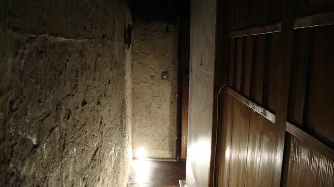 神田基地 - 内観写真:薄暗い廊下を抜けると大人の秘密基地空間が待っている!