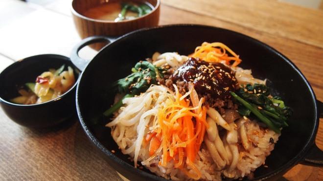 レーベルカフェ OSAKA - 料理写真:南部鉄器を使った、彩り野菜のビビンバが、ランチメニューに登場です!