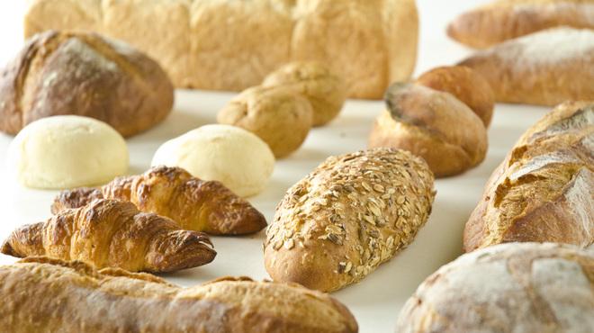 ベーカリーアンドテーブル箱根 - 料理写真:シェフが厳選した素材をふんだんに使用して焼き上げるパンは、毎日60~80種類、入れ替わり店頭に並びます。各種、粉や酵母からこだわり抜いたその味わいをぜひご堪能ください。その日の気分やお食事に合わせ、ぴったりのパンをお選びいただけます。