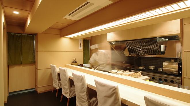 麻布十番 ふくだ - 内観写真:すべて目の前で調理をしています。(カウンター6席)