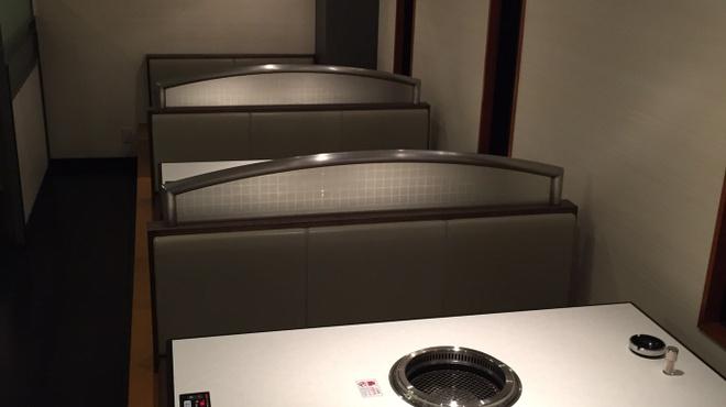 焼肉香蘭 - 内観写真:広いスペースの1階は、それぞれのスペースが広くゆったりとしたテーブル席。少人数での利用にピッタリな空間です。スタッフのきめ細かな心配りで、自分たちのペースでゆっくりと食事を楽しむことができます。