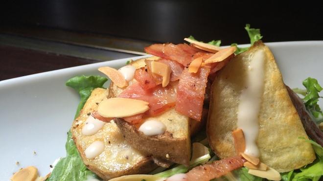 ろくもんや - 料理写真:男爵芋とベーコンのあつあつサラダ
