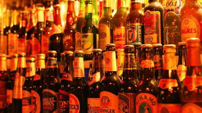 ビリー・バルゥーズ・ビア・バー - 内観写真:カウンターの後ろには世界のビールが所狭しと並べられてます!