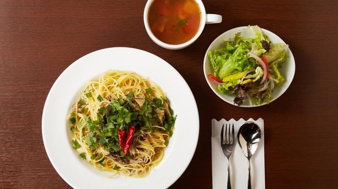 MARE di SAKAI - 料理写真:ランチパスタはスープサラダがついて税込1000円。