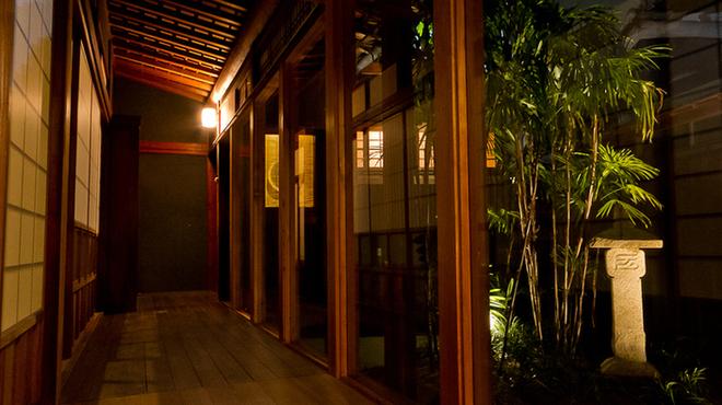 もつ鍋・餃子 永楽 - 内観写真:民宿のような暖かい感じ