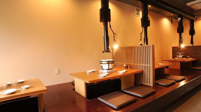炭火焼肉 王 - 内観写真:ゆっくりと食事ができる雰囲気のお店なのでデートにおすすめ