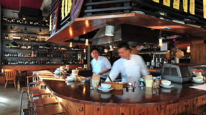 Sante - 内観写真:店の真ん中にアイランド型のキッチン。視覚的にも楽しめます