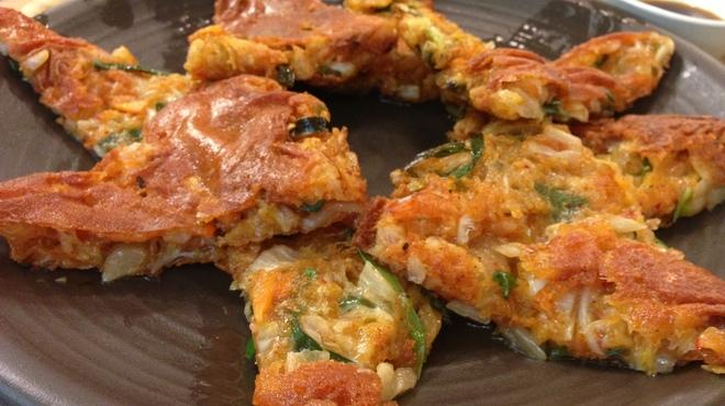 韓うどん - 料理写真:外皮はパリパリ、中はふわっと キムチチーズチヂミ