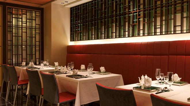 天厨菜館 - 内観写真:お食事をゆったりと楽しみいただける ゆとりのある造りのテーブル席