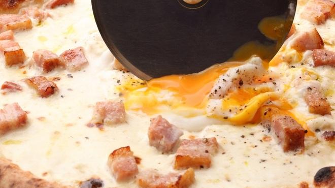 ファンタジスタ - 料理写真:話題の名物、カルボナーラピザ!